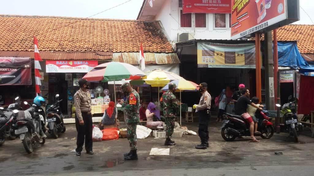 Kapolsek dan Koramil Blusukan Bagikan Masker di Pasar Tradisional Leuwimunding