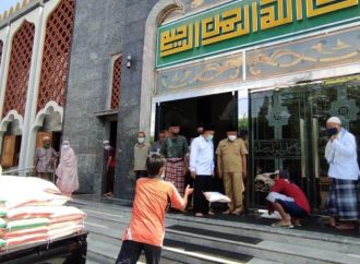 Peduli Umat, Masjid Agung Brebes Bagi Beras Terdampak Covid-19