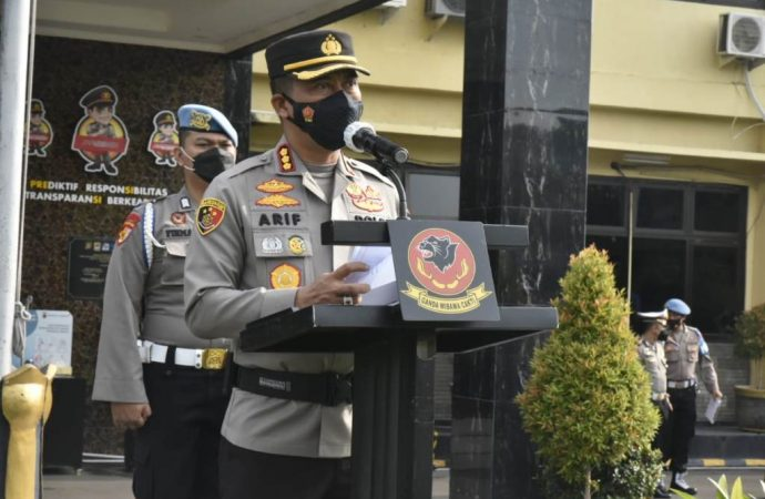 Kapolresta Cirebon Beri Penghargaan ke Personel Berprestasi