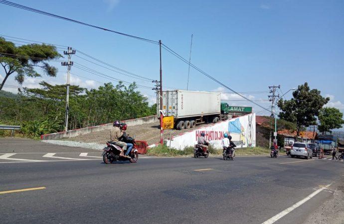 Truk Trailer Rem Blong Terselamatkan Jalur Penyelamat